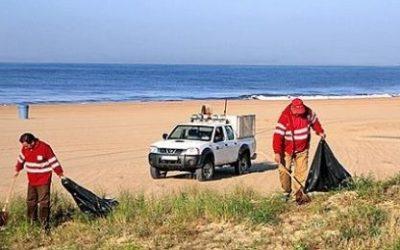 Es reprenen els treballs bàsics de neteja i manteniment a la platja