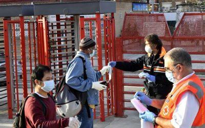 Protecció Civil i Creu Roja han repartit avui mascaretes, obligatòries al transport públic