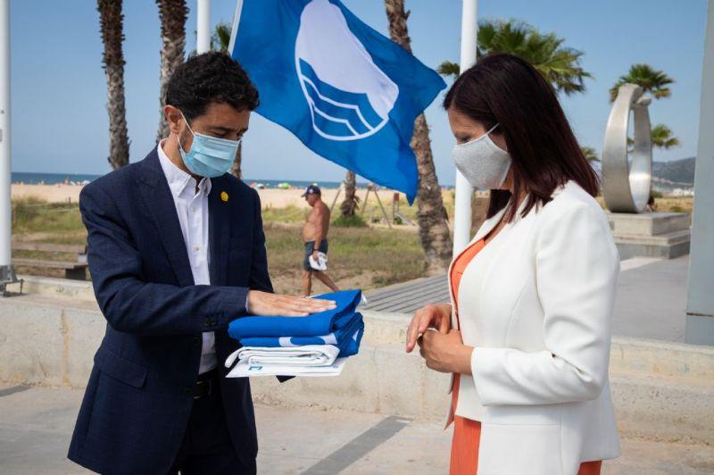 La platja de Castelldefels rep la bandera blava que certifica la seva qualitat mediambiental