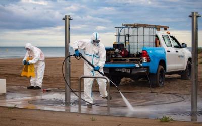 S'intensifica la neteja i desinfecció del mobiliari i dels equipaments de la platja