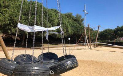 Desinfecció dels parcs infantils, que ja van reobrint