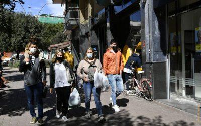 La mascareta deixa de ser obligatòria al carrer, amb distància de seguretat